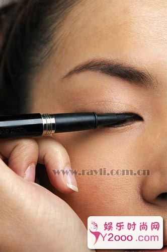 眼线技巧POINT解析:6步画出奢华感眼线_Y2OOO.COM第1张