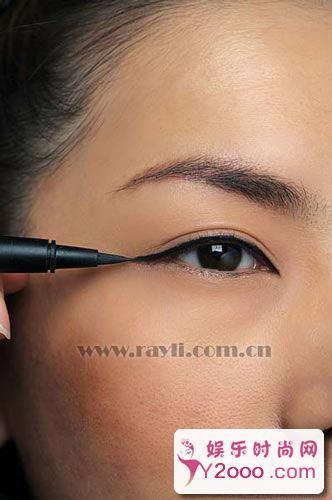眼线技巧POINT解析:6步画出奢华感眼线_Y2OOO.COM第2张