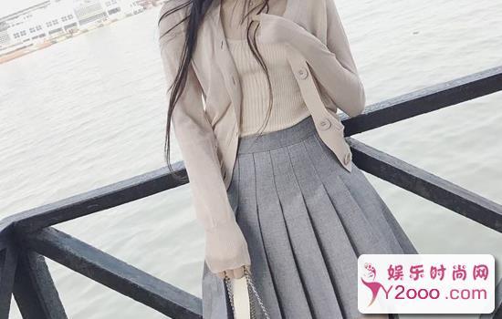 百褶短裙怎么搭配上衣好看_Y2OOO.COM第1张