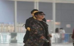 娱乐圈:时尚最时尚!黄渤穿花色长风衣现身 大步疾走