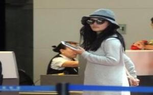 八卦:谢娜穿宽松短裙秀美腿 现身机场紧握手机聊不停
