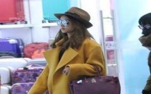 星闻:蔡依林带帽现身机场 黄色大衣时尚惹眼