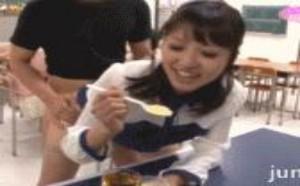 色你妹gif动态图片:XXOO动态图美女边吃边做都长尾巴了。