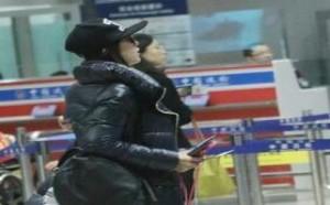 刘诗诗身穿黑羽绒服配白色运动鞋潮装现身,一路与男助理热聊