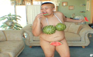 搞笑动态图片笑死人:逗比,有你这样吃西瓜的嘛。