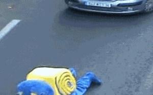 搞笑动态图片笑死人:我猜后面那些开车的人如果知道前面是这状况能废了他