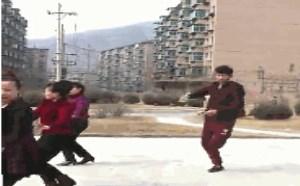 搞笑gif动态图:二逼青年好欢快跟大妈一起跳广场舞