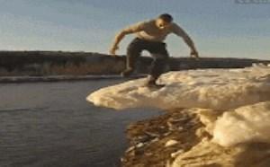 搞笑动态图片笑死人:男子踩冰倒塌gif动图