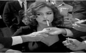 社会百态邪恶图片:群男争先恐后帮美女点烟gif动图