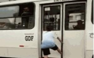 搞笑动态图片笑死人:2b少年装逼假装上车系鞋带脚被卡住gif动图