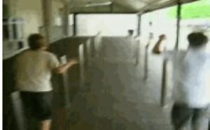 搞笑动态图片笑死人:2B青年比赛跳柱子被顶蛋蛋gif动态图片