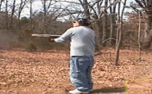 搞笑gif动态图:2B青年开散弹枪把裤子震脱掉爆笑gif动态图