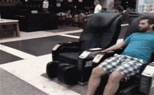搞笑gif动态图:男子商场享受按摩椅试用爆笑