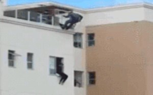 搞笑动态图片笑死人:面对想跳楼的人,警察叔叔只有采用这招天残脚