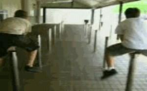 搞笑动态图片笑死人:2B青年比赛跳柱子被顶蛋蛋