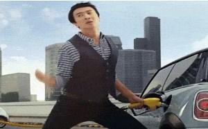 搞笑gif动态图:2b男给车加油销魂姿势搞笑gif动态图片