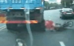 另类gif动态图片之交通事故动态图摩托车危险系数高