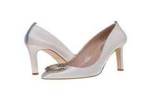 为新娘送上美丽祝福,送上她亲自设计的最舒适高跟婚鞋。