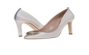 为新娘送上美丽祝福,送上她亲自设计的最舒适高跟婚鞋