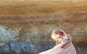 佩戴仿古配饰,让蜜月充满了波西米亚风情。