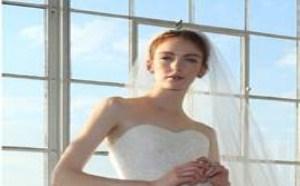 高档的薄纱和丝绸罗缎使婚纱礼服整体更显高贵典雅