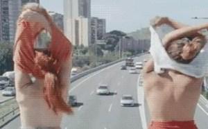 邪恶gif动态图片:大白天天在高速公路上脱衣脱光光了