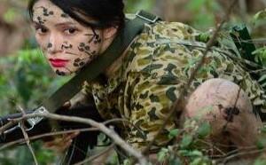 越南网红美女当兵 在军营涂脂抹粉 被批成大众笑柄