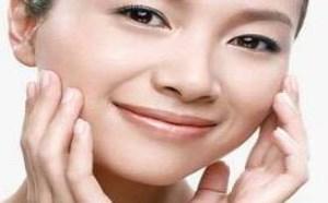 脸部正确的擦护肤品手法