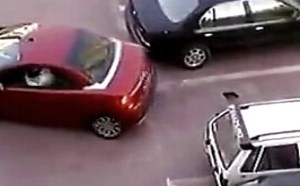 【逗逼说】恶搞停车位 美女司机赌气强插破车男