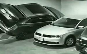 【逗逼说】最逗比的停车方法,诡异停车 监控实拍