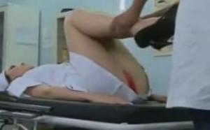 美女看病被色狼医生要求抬腿恶搞走光露毛