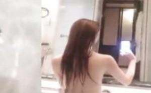 浴室的美女洗澡全裸巨乳露私处走光视频
