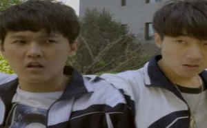 两男学生为争妹子大打出手,却迎来特别的爱 学校里的疯子153