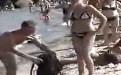 男子恶搞比基尼美女的内裤搞笑邪恶视频